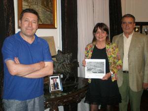 Alejandro Martínez, Julia Hernando (con el catálogo de la exposición  en sus manos), y Pedro Bello recibieron a España Exterior en el Centro Burgalés de Buenos Aires.