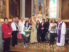 Maricarmen Aciron junto a la Fallera, el padre Pedro y socios.