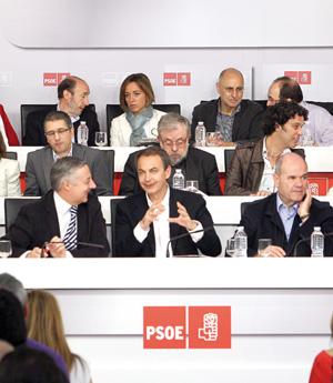 Zapatero charla con Blanco, en presencia de Chaves (a su izquierda) y sus posibles sucesores Rubalcaba y Carme Chacón (dos filas por detrás).