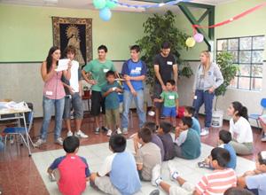 El grupo Valenjo junto a los niños.