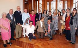 Anna Terrón y Pilar Pin con los 'niños de morelia' y representantes de la comunidad española en México.