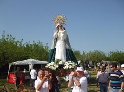 Los extremeños portando la imagen de la Virgen.