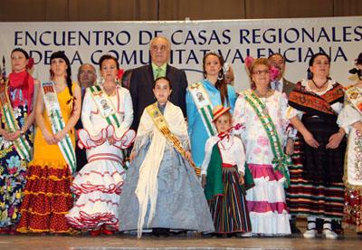 Rafael Blasco junto a los participantes en el Encuentro de Casas Regionales en la Comunidad.