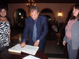 Pérez Galindo firma el acta como nuevo presidente del Hogar.