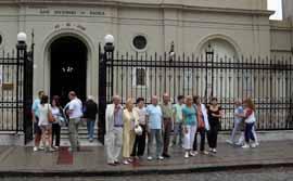Parte de los viajeros frente a la iglesia parroquial San Antonio de Padua.