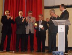 Luis Iglesias muestra la Medalla del Parlamento Francés.