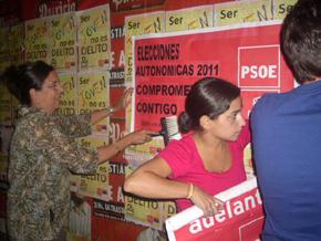 Miembros de la agrupación del PSOE pegando carteles en las calles de Montevideo.