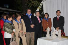 La consejera María José Ramos, primera por la izquierda, contempla la réplica del futuro monumento.