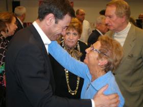 El candidato a la Presidencia de la Comunidad de Madrid recibió el afecto de los emigrantes.