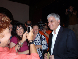 Asistentes al acto en el Hogar Canario de Caracas con José Miguel Pérez.