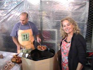 Cocinando churros en la fiesta.