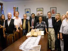Entrega de los libros al Círculo Cultural Andaluz.