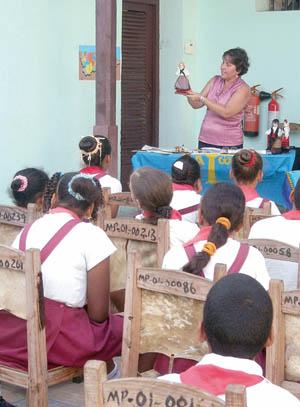La presidente Alina Artímez habla a los niños.