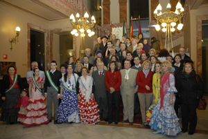 La alcaldesa con los emigrantes andaluces.
