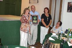 Gustavo de Torres y Mirta Bertoli entregan la placa a Beatriz Acosta.