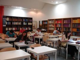 Alumnos de la UNED Buenos Aires realizando un examen.