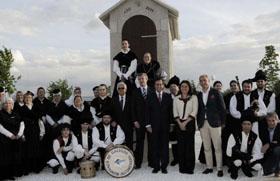 El conselleiro con el grupo de gaitas de la Xuntanza de Galegos en Alcobendas.