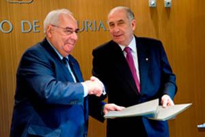 Álvarez Areces y Vicente Gotor sellan el acuerdo.