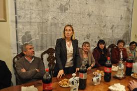 Ana Pastor se dirige a los afiliados del PP en la capital uruguaya.