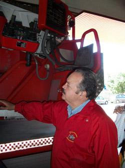 Andrés Salinas durante su visita a un parque de bomberos en Mallorca.