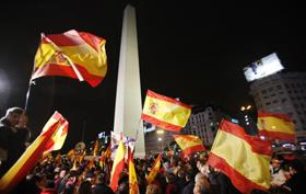 Banderas españolas bajo el obelisco de Buenos Aires en la celebración del título de la Selección en el Mundial de fútbol.