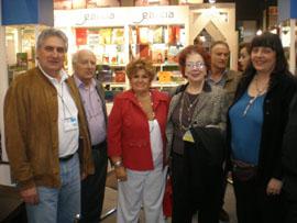 Francisco López, izquierda, con emigrantes que acudieron al stand de la Xunta en la Feria del Libro.