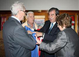 Álvarez-Cascos regaló una camiseta del Oviedo y otra del Sporting.