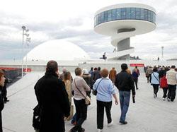 Público visitante con la cúpula y la Torre-mirador de fondo.