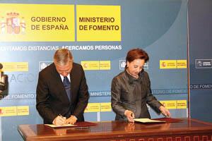 José Blanco y Mercedes Álvarez firman el convenio.