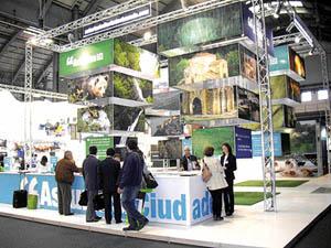 Un stand de la SRT con fotografías de Asturias.