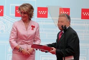 Esperanza Aguirre entrega la distinción al presidente de Apoyar, Ángel Llorente.