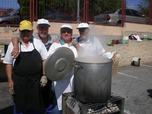Cuatro de los asociados que elaboraron el cocido.