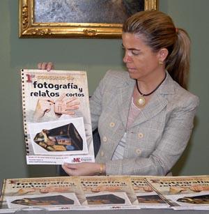 Victoria Cristóbal muestra el cartel del Concurso.