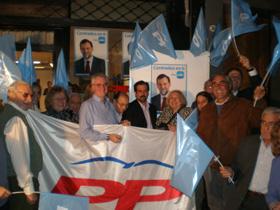 Afiliados y simpatizantes del PP acudieron a la sede del partido en Buenos Aires para presenciar el acto de inicio de la campaña electoral.
