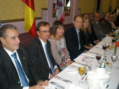 La mesa cabecera fue ocupada por importantes autoridades de la colectividad.