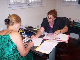 Atención a una solicitante de la nacionalidad en el Consulado de España en Montevideo.