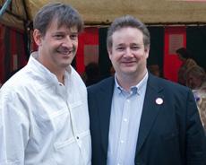 Javier Moreno y Philip Cordery en la caseta de la Agrupación Local del PSOE en Bruselas.