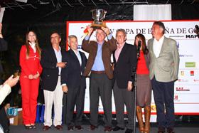 Tomás Achaval levanta el trofeo que le entregó el Embajador de España, Rafael Estrella.