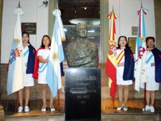 Las banderas de Galicia, Argentina, España y el Centro Gallego rodearon el busto de Castelao.