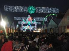 Vista del Real de la Feria abarrotado de gente.