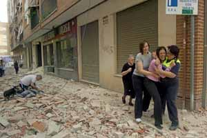 Varias personas en la calle Galicia de Lorca, una de las afectadas por el terremoto de 5,2 grados.