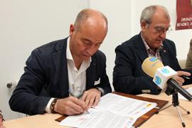 Santiago Camba y José Anuncio Mouriño en la firma del convenio con Cáritas Diocesana de Santiago.