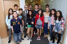 Xesús Vázquez con los alumnos del Instituto Vicente Cañada Blanch de Londres.