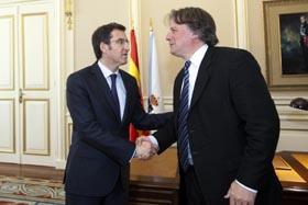 Alberto Núñez Feijóo saluda a Fernando Lorenzo.