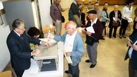 Un emigrante segoviano fue el primero en depositar el sobre de votación en el Consulado de París.