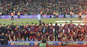 Los jugadores del Barcelona recibieron la copa de la Liga tras el partido ante el Deportivo.