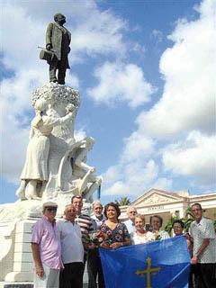 Ante el monumento a Manuel Valle.
