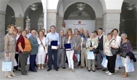 Francisco Granados y Victoria Cristóbal con los madrileños residentes en Franci que visitan la Comunidad.