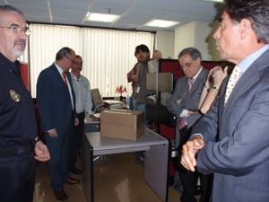 Funcionarios del Consulado en Caracas y representantes de los partidos justo antes de finalizar las jornadas de depósito del voto.