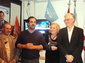 López Pereira (segundo izq.) se dirige a los simpatizantes y afiliados que acudieron a la sede del partido.